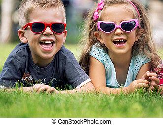 piccolo, carino, bambini, occhiali da sole, capriccio
