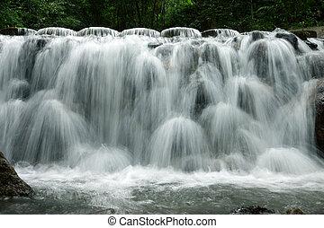 piccolo, cascata, in, il, piovoso, stagione
