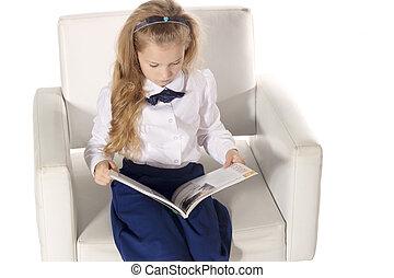 piccolo, lettura ragazza, uno, libro, e, seduta, su, il, chair., ragazza scuola, isolato, bianco, fondo., vista superiore