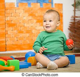 piccolo ragazzo, è, eseguendo giocattoli, in, prescolastico