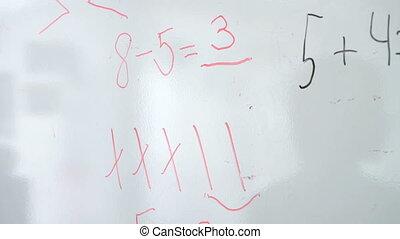piccolo ragazzo, erases, equazione, matematica, da, asse