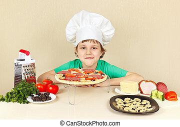 piccolo ragazzo, in, cappello chef, appetitoso, leccato,...