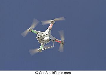 piccolo, unmanned, elicottero, con, uno, macchina fotografica, galleggiante, in, il, cielo blu
