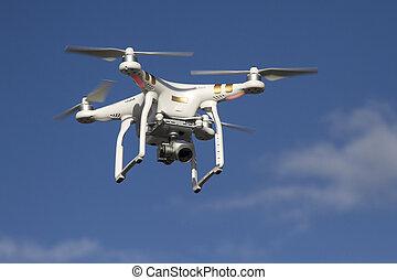 piccolo, unmanned, elicottero, con, uno, macchina fotografica, volare, in, il, cielo blu