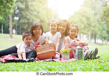 picknick, aziatische familie, buitenshuis