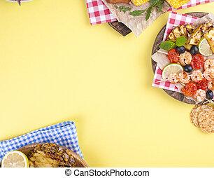 picnic, con, cotto ferri, cibo., salsicce, e, granaglie, su, barbecue, gamberetto, verdura, e, fruits., delizioso, estate, pranzo, e, plastica, dishes., cima, vista.