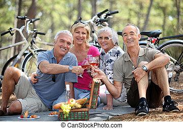 picnic, más viejo, dos parejas, bosque, el gozar