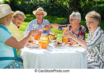 picnicking., autour de, séance gens, personnes agées, table, heureux
