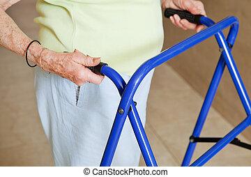 piechur, używając, starsza kobieta
