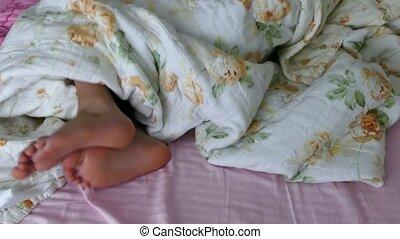pied, venir, pied, sous, dehors, édredon, humain, lit
