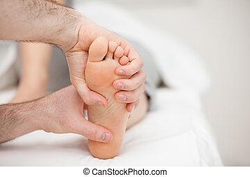 piede, due, tenere mani