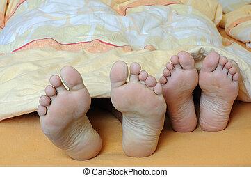 piedi, coppia, letto