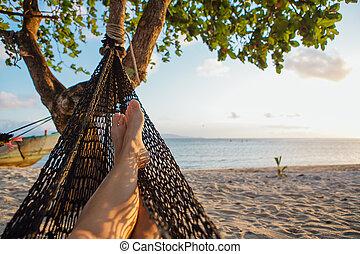piedi, di, uno, giovane, in, amaca, spiaggia