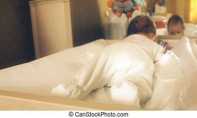 piedi, neonato, spostamento, bambino, tentando, crawl