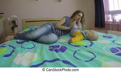 pieds bébé, femme, baiser