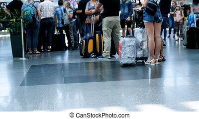 pieds, bagage, métrage, gens, foyer, terminal, aéroport, 4k, international, dehors