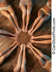 pieds, cercle, danseurs, assis, plancher