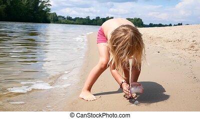 pieds, childs, lavage, sur, océan, mouvement, lent, vagues