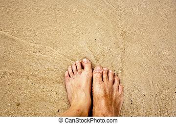 pieds, de, a, homme, dans, les, sable fin, entouré, par, mer