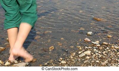 pieds, eau, enfant