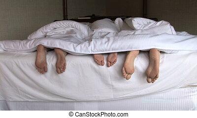 pieds, famille, lit
