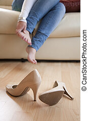 pieds, femme, fermé, elle, frottement, après, jeune, hauts talons, maison, prendre, assis
