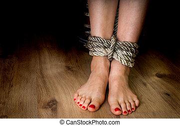 pieds, femme, haut, attaché, corde, victime