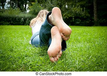pieds, femme, herbe, jeune, mensonge