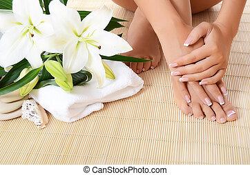 pieds, femme, lis, manucure, main