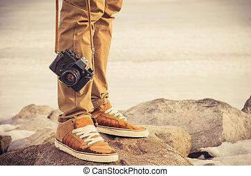 pieds, homme, et, vendange, retro, appareil-photo photo, extérieur, voyage, style de vie, vacances, concept