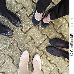 pieds, jeune, ensemble, filles, debout
