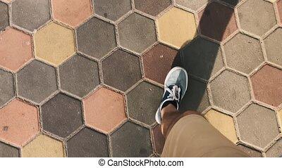 pieds, marche, ensoleillé, day., top., pavage, slabs., mâle, vue