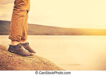 pieds, marche homme, extérieur, voyage, style de vie, vacances, concept, à, lac, et, soleil, arriere-plan, retro, couleurs