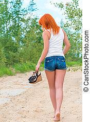 pieds nue, short, t-shirt, dehors, girl, vue postérieure