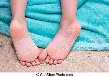 pieds, plage, peu, serviette, girl
