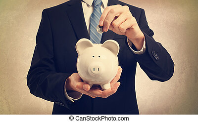 pieniądze, młody, osadzając, piggy bank, człowiek