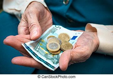 pieniądze, starsza kobieta, odliczający
