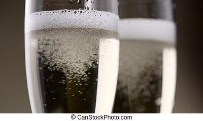 pieno, con, due, vetri champagne, sibilo, e, schiuma, di, bianco, bubbles., primo piano