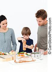 pieprz, jego, kładzenie, sól, sprytny, sałata, kuchnia, chłopiec