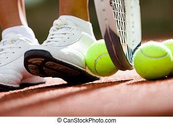 piernas, de, atlético, niña, cerca, el, raqueta del tenis, y, pelotas