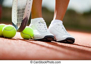 piernas, de, atleta, cerca, el, raqueta del tenis, y, pelotas