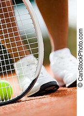 piernas, de, deportista, cerca, el, raqueta del tenis, y, pelotas