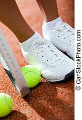 piernas, de, deportivo, niña, cerca, el, raqueta del tenis, y, pelotas