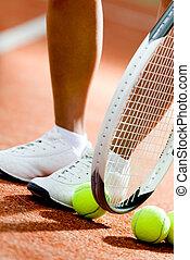 piernas, de, juguetón, niña, cerca, el, raqueta del tenis, y, pelotas