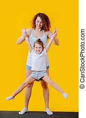 piernas, madre, ella, sobre, ella, hija, suelo, elevación, ...