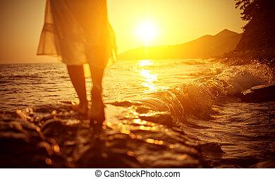 piernas, mujer, playa, mar