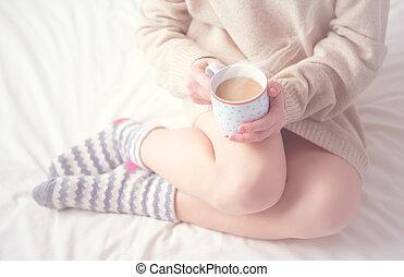 piernas, niña, cama, invierno, de lana, tibio, taza, café, mañana, calcetines, warming