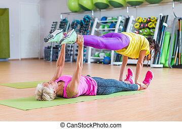 piernas, yoga, hembra, ella, piso, modelos, centro, dos, uno, condición física, ejercicios, otro, tenencia, sobre, deportes, acostado, estera