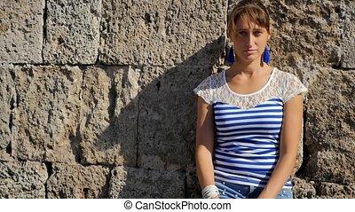 pierre, femme, mur, jeune, contre, portrait, sourire
