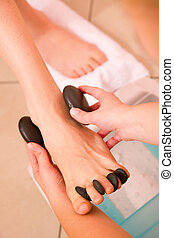 pierre, femme, pieds, chaud, réception, masage